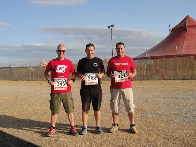 Con Ivan Contreras y Pere Antequera después de recoger los dorsales de la Isostar Desert Marathon de 2012