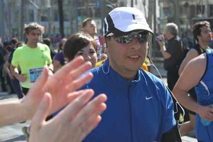 Km 28 aprox. del Marato de Barcelona de 2012. detrás la cara de Montse, que casi sufría mas que yo mismo...