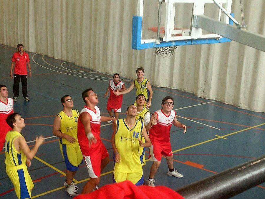 Los chicos de ENCERT (de amarillo) en un partido de basket