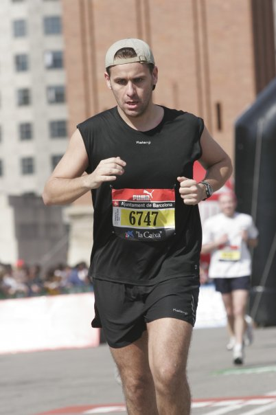 Jordi en su llegada a meta en el Maratón de Barcelona de 2008