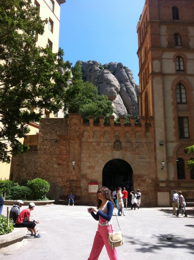 Entrada a la plaza de Montserrat. No tengo ni idea de quien es la turista...