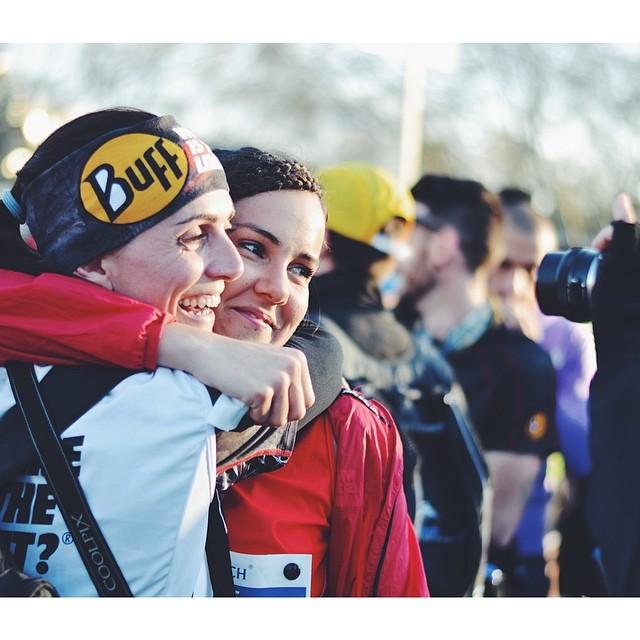 La amistad se potencia tras el sufrimiento del maratón. Rakel y Miriam del WITL? tras cruzar Miriam la meta.