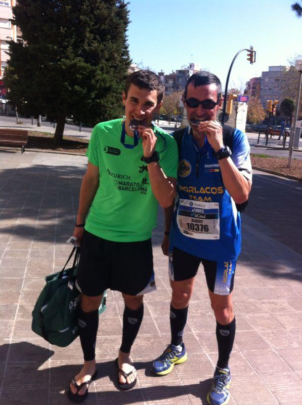 Artur y Albert. Padre e hijo finishers. Este año Artur me acopañará durante los 42 kilómetros. A ver si eso consigue motivarme...