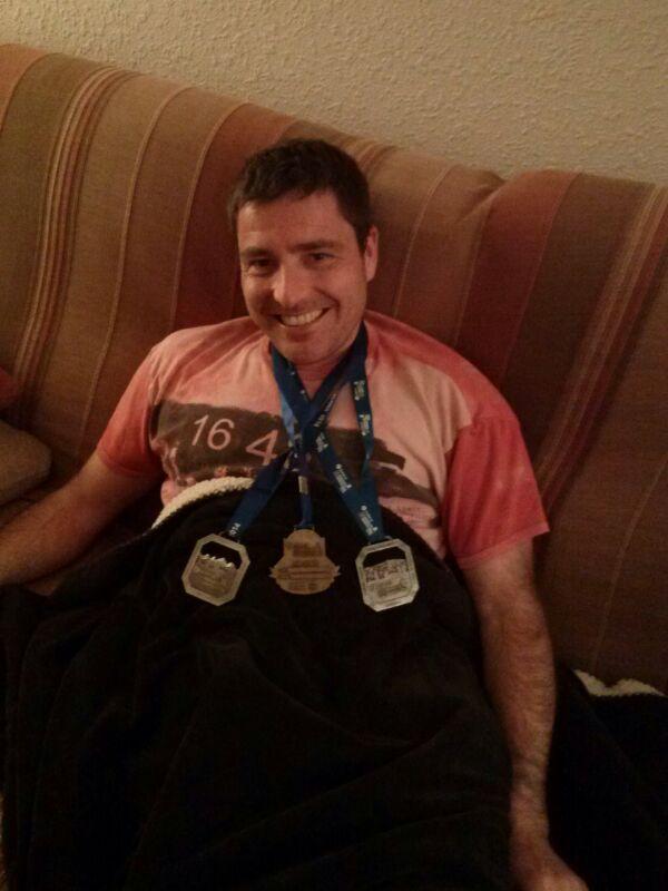 Jose en el sofa con sus tres medallas de finisher. Ya van tres Jose, pero creo que habrá un cuarto...