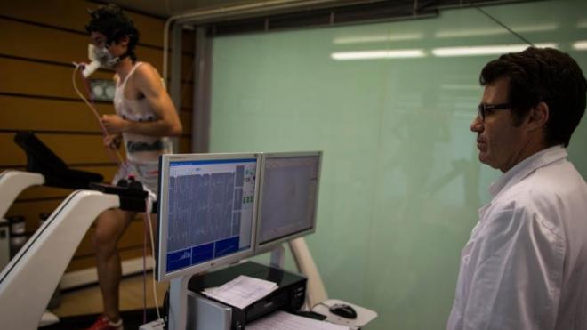 Kilian Jornet pasando una prueba de esfuerzo