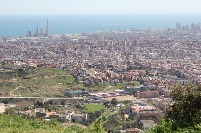 Vistas de Barcelona desde la Serralada de La Marina. Ahora el asfalto lo veremos desde arriba...