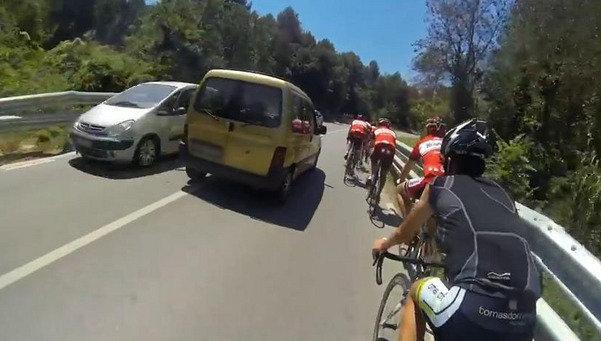 Imagen del vídeo de como NO se debe adelantar a un grupo de ciclistas.