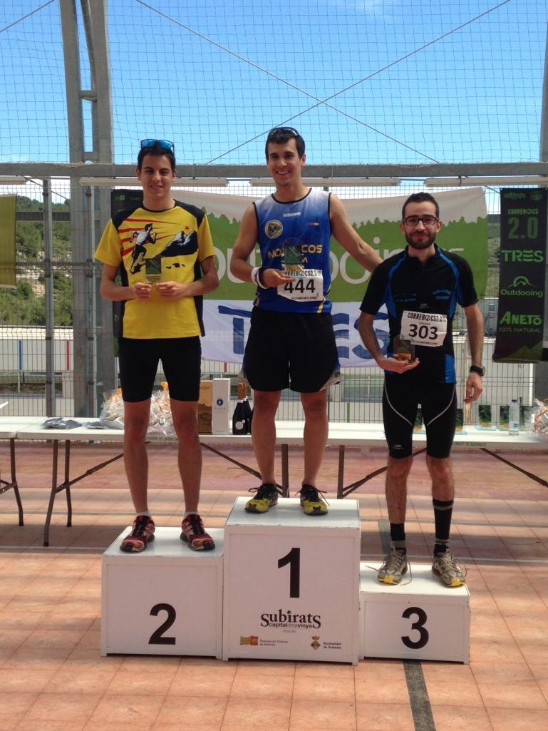 Artur recogiendo el trofeo de 1er clasificado en la categoría Junior.