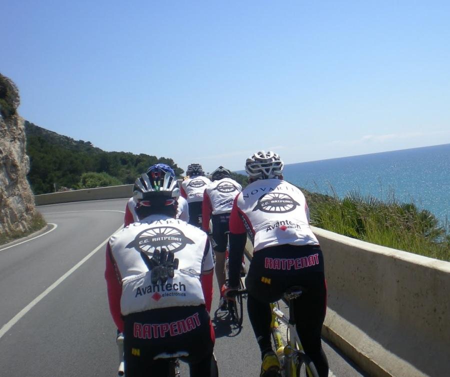 Grupo de ciclistas del Club Rat Penat circulando por las Costas del Garraf de manera correcta.