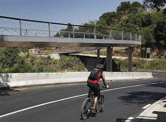 Uno de los puentes que construyeron hace unos años para salvar la Ctra. de la Rabassada.
