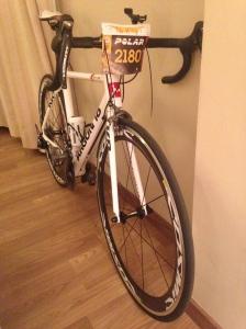 La bici ya con el dorsal en la habitación del hotel.