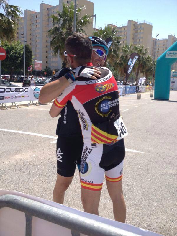 Esteban y Jose abrazándose en la llegada de la Ciclepic