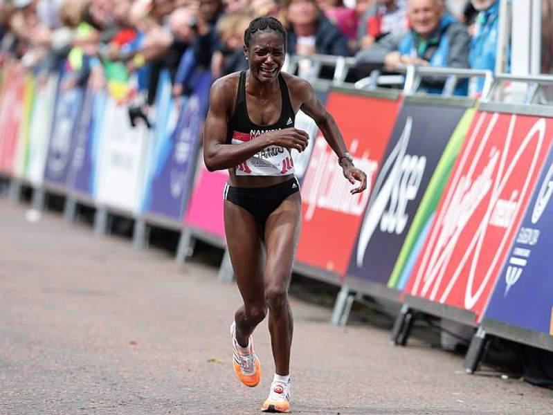 La atleta segundos antes de desplomarse al suelo.