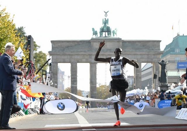 Entrada en meta de Kimetto. Detrás se ve a su compatriota Mutai.