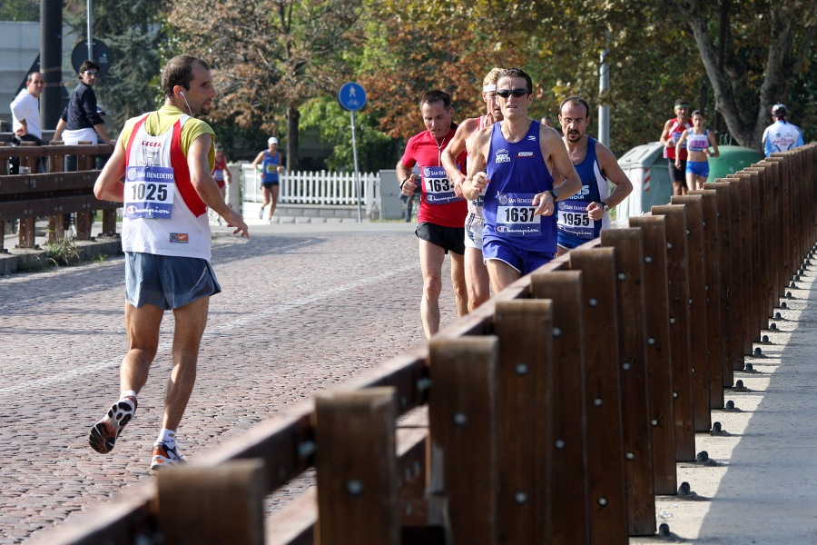 Corredor practicando el retro running en una carrera