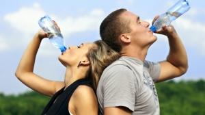 agua-botella-pareja